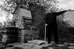 Nada Brajković ispred spomenika u selu
